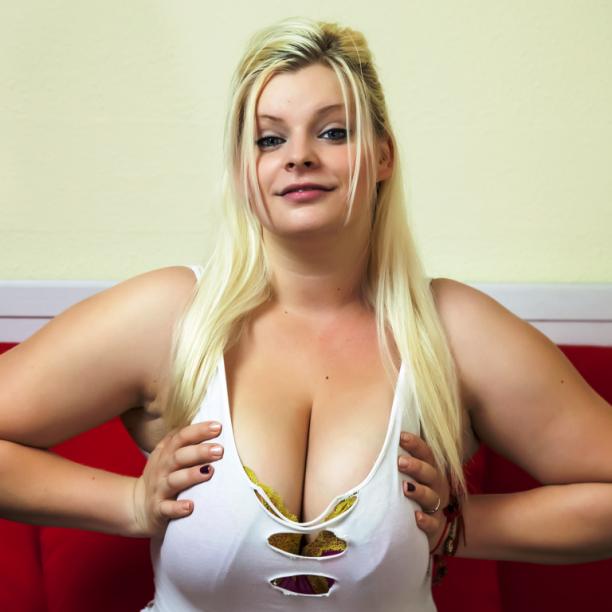 Chat Fotze zeigt ihre dicken Titten im Livechat
